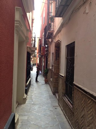 El Rey Moro Hotel Boutique Sevilla: The narrow street with the hotel on the right