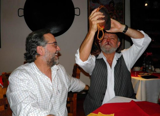 Image result for bebiendo en bota de vino con amigos