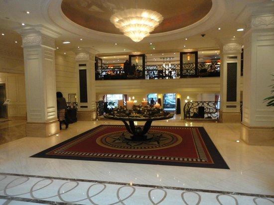 Corinthia Hotel Budapest: Lobby avec vue sur l'executive clubb