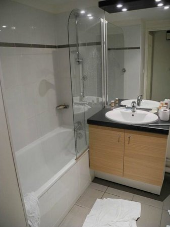 Residhome Appart Hotel Asnieres: Spacious bathroom
