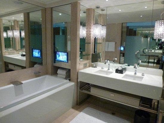 คราวน์ทาวเวอร์โฮเต็ล: Bathroom