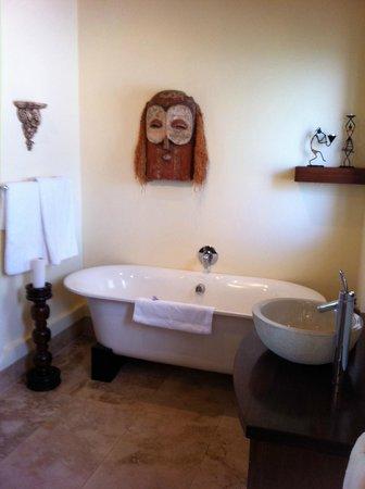 เวดจ์วิว คันทรี เฮาส์ แอนด์ สปา: Our African bathroom