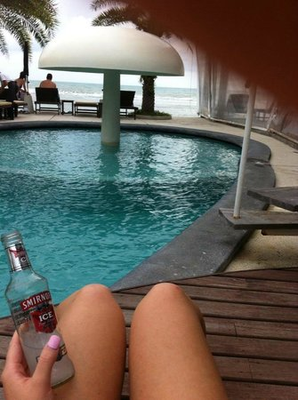 Lazy Day's Samui Beach Resort: Pool side