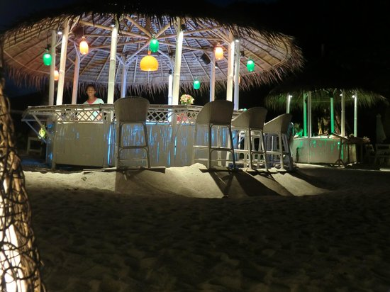 Candle Hut Resort: die Strandbar am Abend