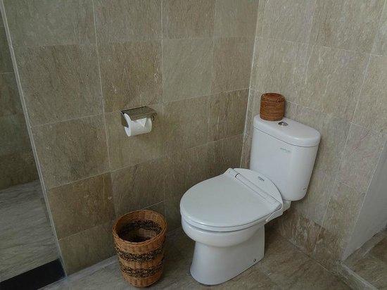 Hotel Ombak Sunset: 客室の屋外トイレ