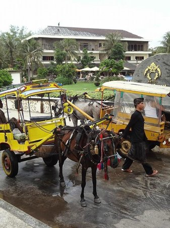 Hotel Ombak Sunset: ホテルの前。島内は馬車(1回Rp75,000。高い!)またはレンタル自転車(1日Rp75,000)での移動のみ。