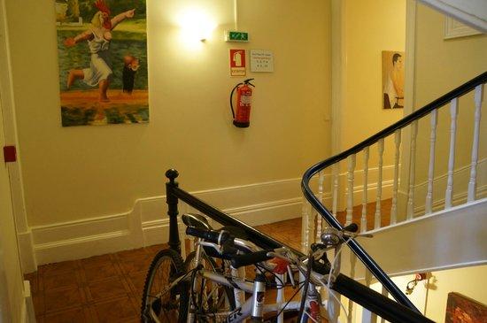 Duas Nacoes Guest House : Escalier au centre de l'hôtel