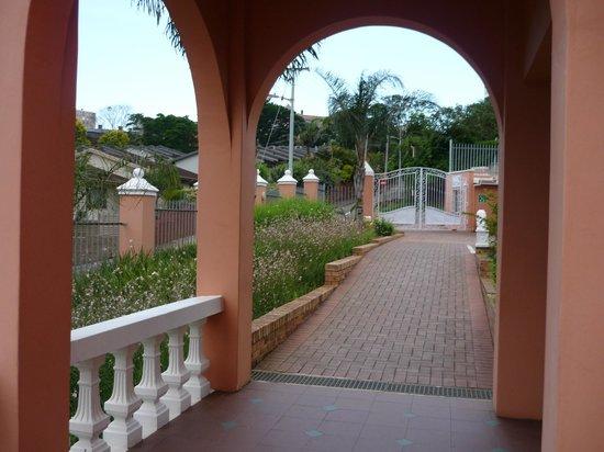 Sica's Guest House: entrée et le parking devant