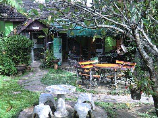 Baan Bua Guesthouse: der Garten mit Rezeption