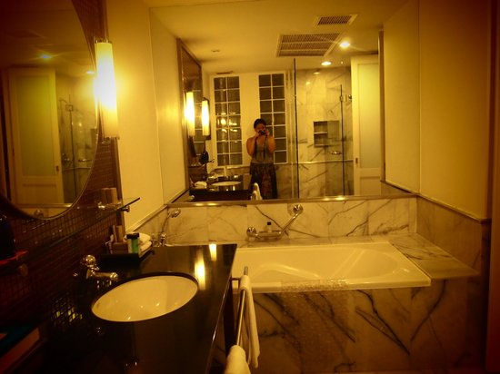 Triple Two Silom : Bathroom