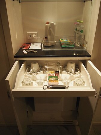 Triple Two Silom : Kitchenette amenities