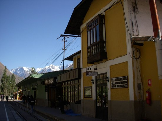 ‪‪El Albergue Ollantaytambo‬: El Albergue seen from the railway station