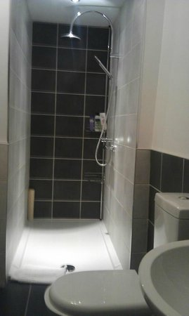 The Archway Guesthouse: Large shower with full sized toiletries