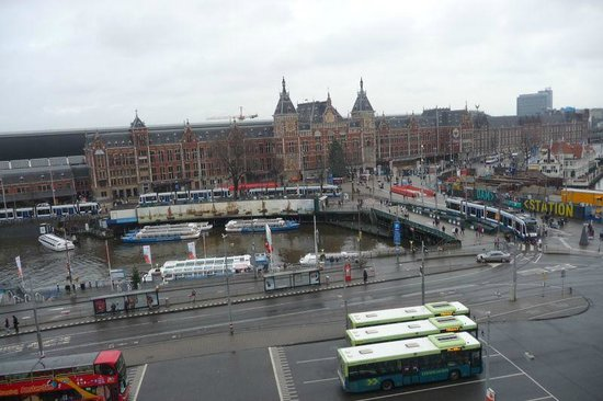 Park Plaza Victoria Amsterdam: Central Station outside