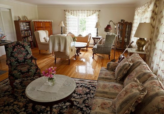 Schroon Lake Bed and Breakfast: The Communal Lounge