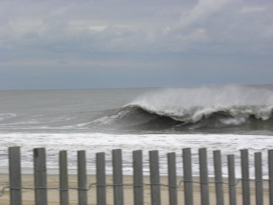 Grand Summit Hotel: waves from my beach in Maryland