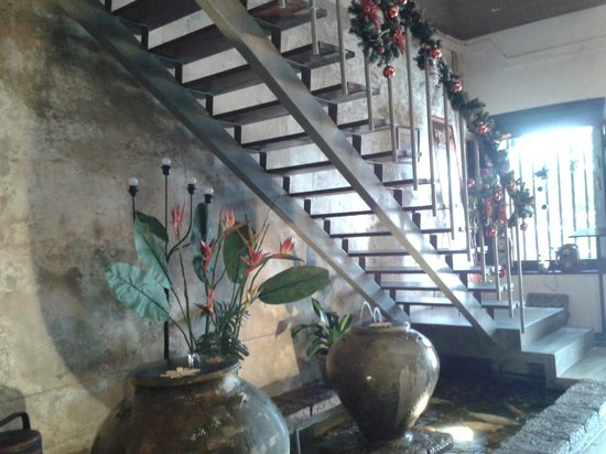 Courtyard @ Heeren Boutique Hotel: Staircase from the lobby leading up to the second floor