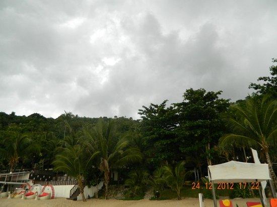 Andaman White Beach Resort: Mountain behind resort