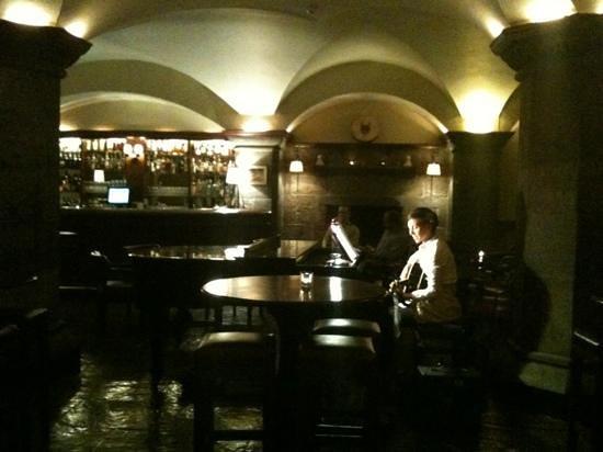 أداري مانور: Great entertainment in the pub below the castle. 
