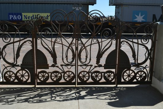 La Posada Hotel: Gate to railroad tracks