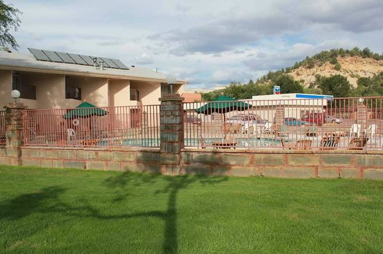 Best Western East Zion Thunderbird Lodge: Grassy area and pool