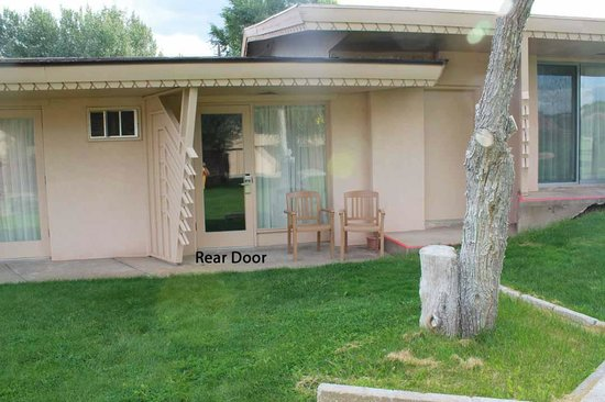 BEST WESTERN East Zion Thunderbird Lodge: Outside view of rear door