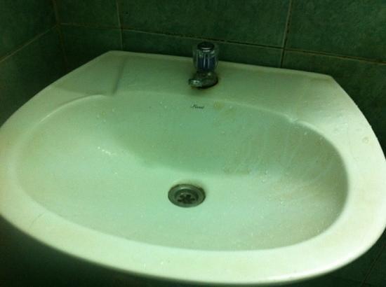 Queen Hotel: dirty wash basin