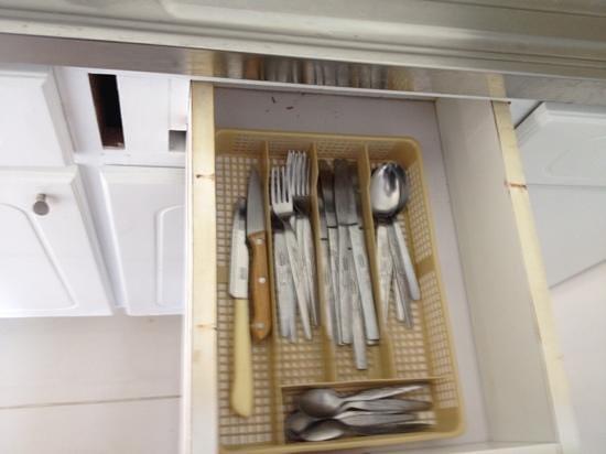 Hilltop Gardens Hotel Apartments: Basic Kitchen Supplies