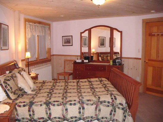 Northern Lights Bed and Breakfast: Elm Room