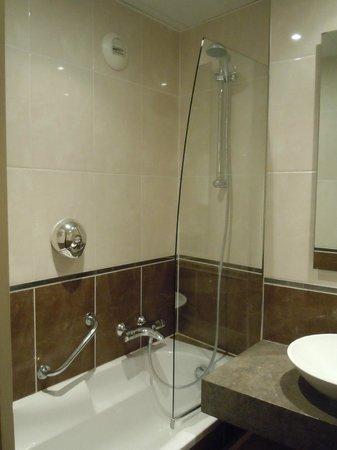 โรงแรมอาโกราแซงท์แชร์แม็ง: Baño privado