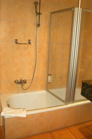 Hotel am Jungfernstieg: Badewanne