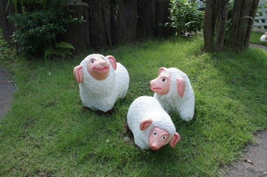 Baan Habeebee Resort: cute sheet sculptures