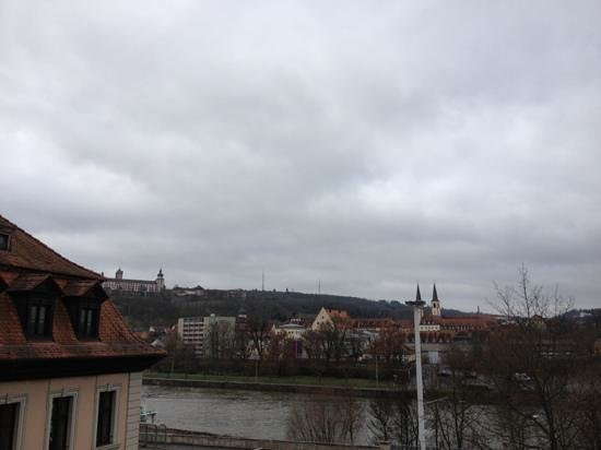 Maritim Hotel Würzburg: river view from our room on the third floor