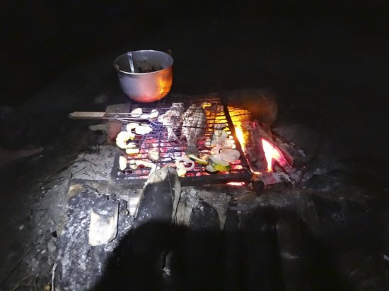 Glover's Atoll Resort: Cooking our fish on the fire