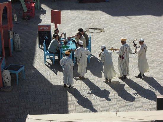 El Khaima: vue de la terrasse sur les musiciens ayant de bonnes intentions !!!