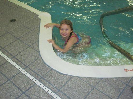 Quality Inn: Granddaughter loving the pool
