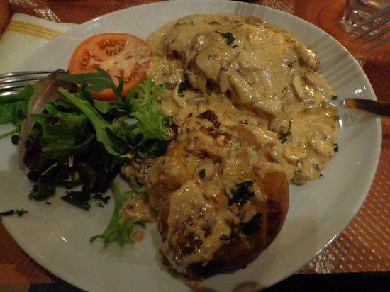 Bella Napoli: Steak with cream and mushroom sauce