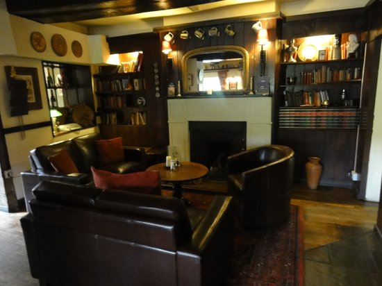 Colesbourne Inn: Cosy place to sit when its cold