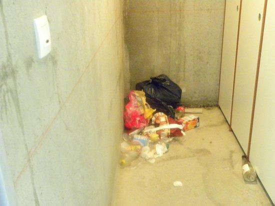 Residence les Chaumettes : Autre lieu pour abandonner ses poubelles...ds le local à ski