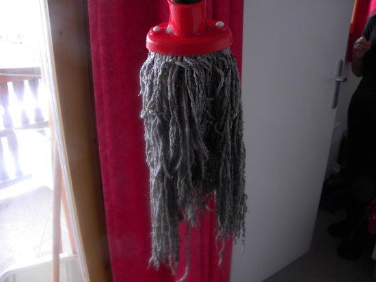 """Residence les Chaumettes : Etat du balai """"espagnol"""" pour le nettoyage de l'appartement"""