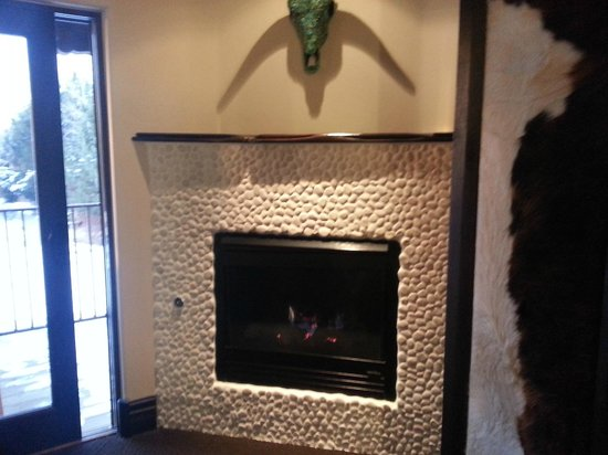 El Monte Sagrado: Taos Mountain Room fireplace