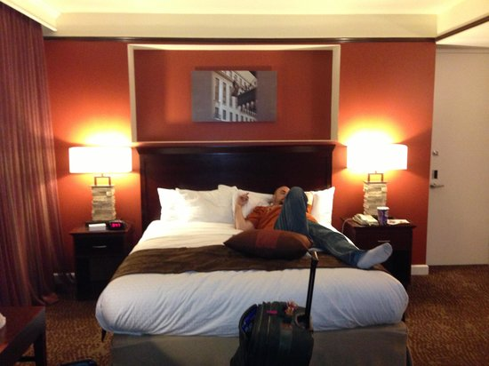 The Emily Morgan Hotel - a DoubleTree by Hilton: The king size bed