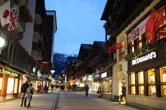 Hotel Primavera: Zermatt town 10min walk from our accom