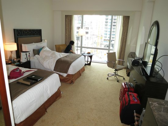 Fairmont Makati: my spacious and very functional room