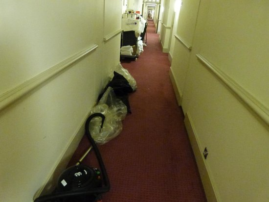 Sligo Park Hotel: Mess in hallways