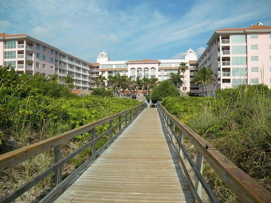 Palm Beach Shores Resort and Vacation Villas: board walk to beach