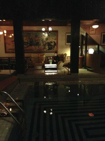 Riad Malika: Night at the small, beautiful pool area