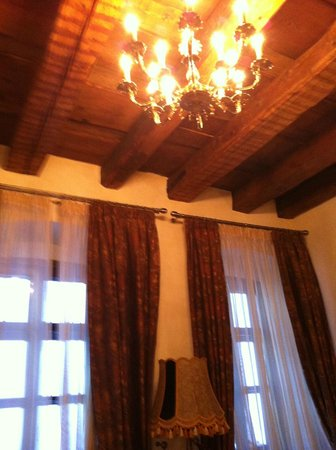 Bella Muzica: Junior suite ceiling and lighting; the height of some of the rooms makes those feel spacious
