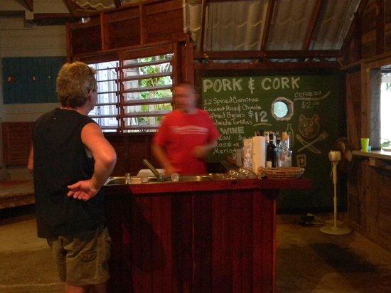 ريف هاوس ريزورت: bar area sorry pic is blurry 