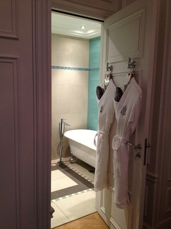 Majestic Hotel Spa: Beautiful bathroom of one of the two masters in our villa